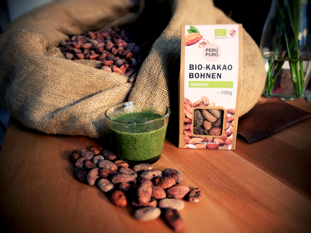Grüner smoothie mit Kakaonibs